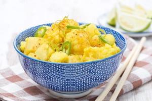 curry di verdure con lime, peperoncino e menta foto