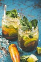 un primo piano di due cocktail freschi di mojitos. foto