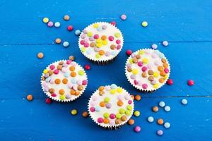 cupcakes al cioccolato con gocce di cioccolato colorate foto