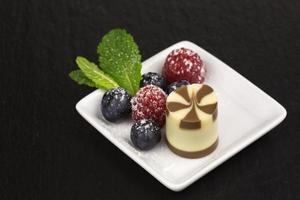 dessert al cioccolato con lamponi foto