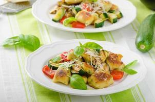 gnocchi fatti in casa con verdure mediterranee foto