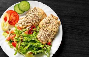 cibo delizioso sul piatto bianco foto