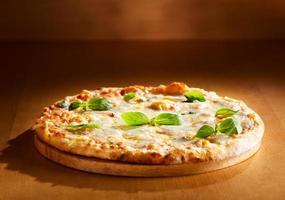 pizza quattro fromaggi al basilico foto