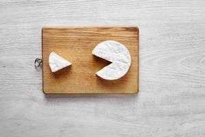 Camembert Pacman stile isolato sul tagliere foto