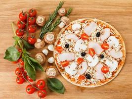 ingredienti alimentari per pizza sul tavolo vicino foto