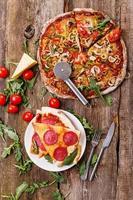 deliziosa pizza sul tavolo foto