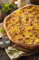 pizza per la colazione fatta in casa con pancetta foto