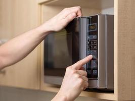 usando il forno a microonde foto