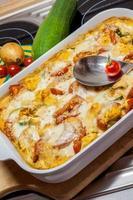 tortellini in casseruola con pomodori e zucchine foto
