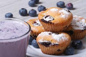 Muffin ai mirtilli su un piatto bianco e un orizzontale del frappé