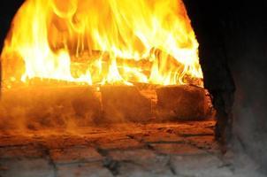 forno a legna, acceso e fumante foto