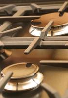 piano cottura in ferro con casta arancione foto