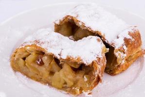 strudel di mele con strudel di mele in polvere con vaniglia di zucchero a velo e vaniglia foto