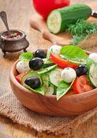 insalata greca di verdure fresche, da vicino foto