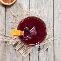 bicchiere con succo di arancia rossa foto