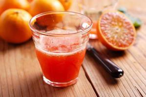 succo d'arancia nel bicchiere foto