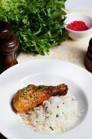 pollo con riso e pesto su un piatto di natura morta foto