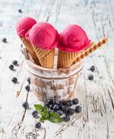 palette di gelato fresco mirtillo in coni su legno