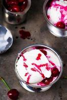 gelato con salsa di ciliegie foto