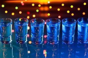 bicchieri con una bevanda alcolica