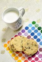 biscotti e latte pronti da servire foto