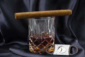 bicchiere di whisky e sigari foto
