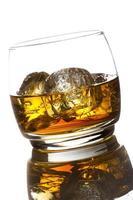 whisky alcolico bourbon in un bicchiere con ghiaccio