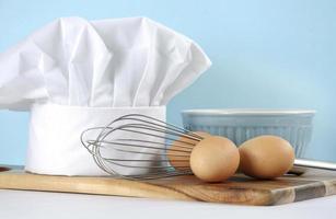 cucina moderna che cucina stoviglie e cappello da cuoco foto