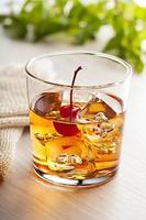 cocktail estivo freddo con ciliegia foto