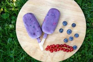 gelato artigianale si apre con bacche diverse foto