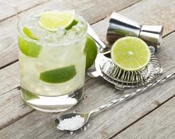 cocktail classico margarita con bordo salato sul tavolo di legno foto