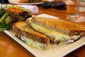 sandwich di formaggio grigliato con insalata laterale foto