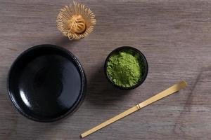 impostazione di cerimonia del tè giapponese su panca di legno.