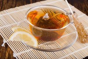 composizione di tè su uno sfondo di legno foto