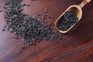 cucchiaio di legno per tè e tè foto