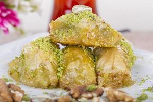 dolce arabo turco tradizionale - baklava con miele e noci foto