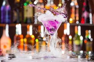 cocktail con vapore di ghiaccio sulla scrivania del bar foto