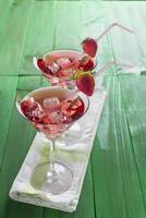 martini rosso cocktail con fragole foto