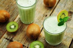 frullato di kiwi in un bicchiere foto
