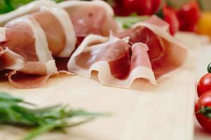 prosciutto crudo e pomodori freschi crudi ed erbe aromatiche, basilico e rosmarino