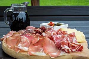 antipasto tipico italiano con salame, formaggio e sottaceti foto