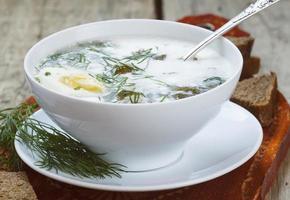 zuppa di acetosa con carne e uova in una ciotola foto