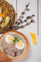 decorazione primaverile con borscht bianco sul tavolo
