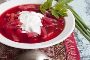 zuppa di barbabietola con patate, cavolo e panna acida. foto