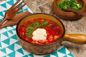 ciotola di zuppa di barbabietola rossa