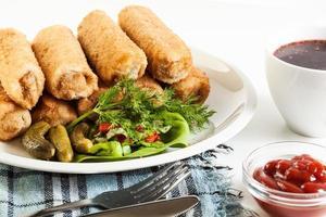 crocchette di carne e zuppa di barbabietole foto