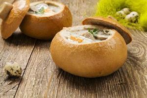 borscht tradizionale polacco bianco con uova e salsiccia nel pane foto