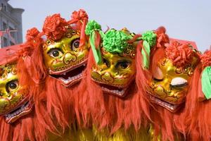leone cinese colorato ballare e muoversi per le strade