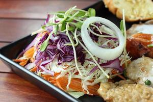 insalata fresca su ricetta bistecca. foto