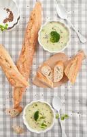 zuppa di broccoli cremosa fatta in casa foto